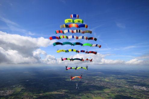 Parachutespringers vestigen nieuw Europees record!