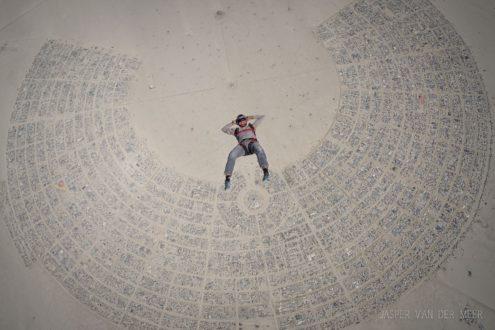 Luchtsportheld Jasper springt boven Burning Man in Amerika