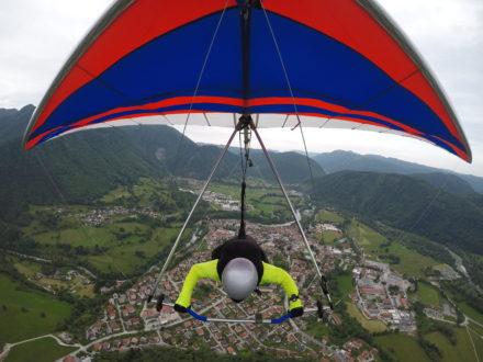 Wim de Gier vliegt met zijn Deltavlieger over Tolmin, Slovenië.